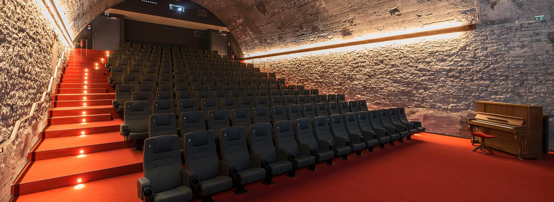 altbekanntes neu und funktionell interpretiert finett feinwerk im kino central in w rzburg. Black Bedroom Furniture Sets. Home Design Ideas